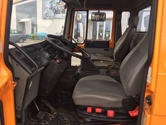 foto all'interno macchina per il trasporto volvo