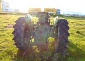 Tractor de ruedas con dos ruedas motrices.