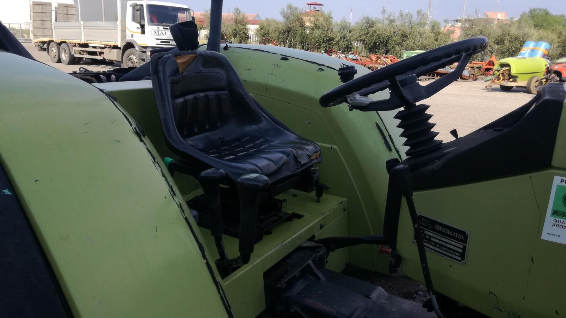 trattore usato hurlimann 468 4V DT visto dalla postazione di lavoro