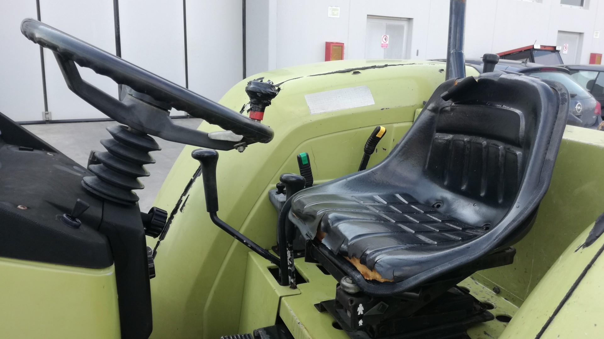 trattore usato hurlimann 468 4V DT visto dalla postazione di lavoro lato destro