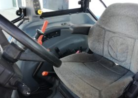 trattore usato new holland tl 100A interno della cabina