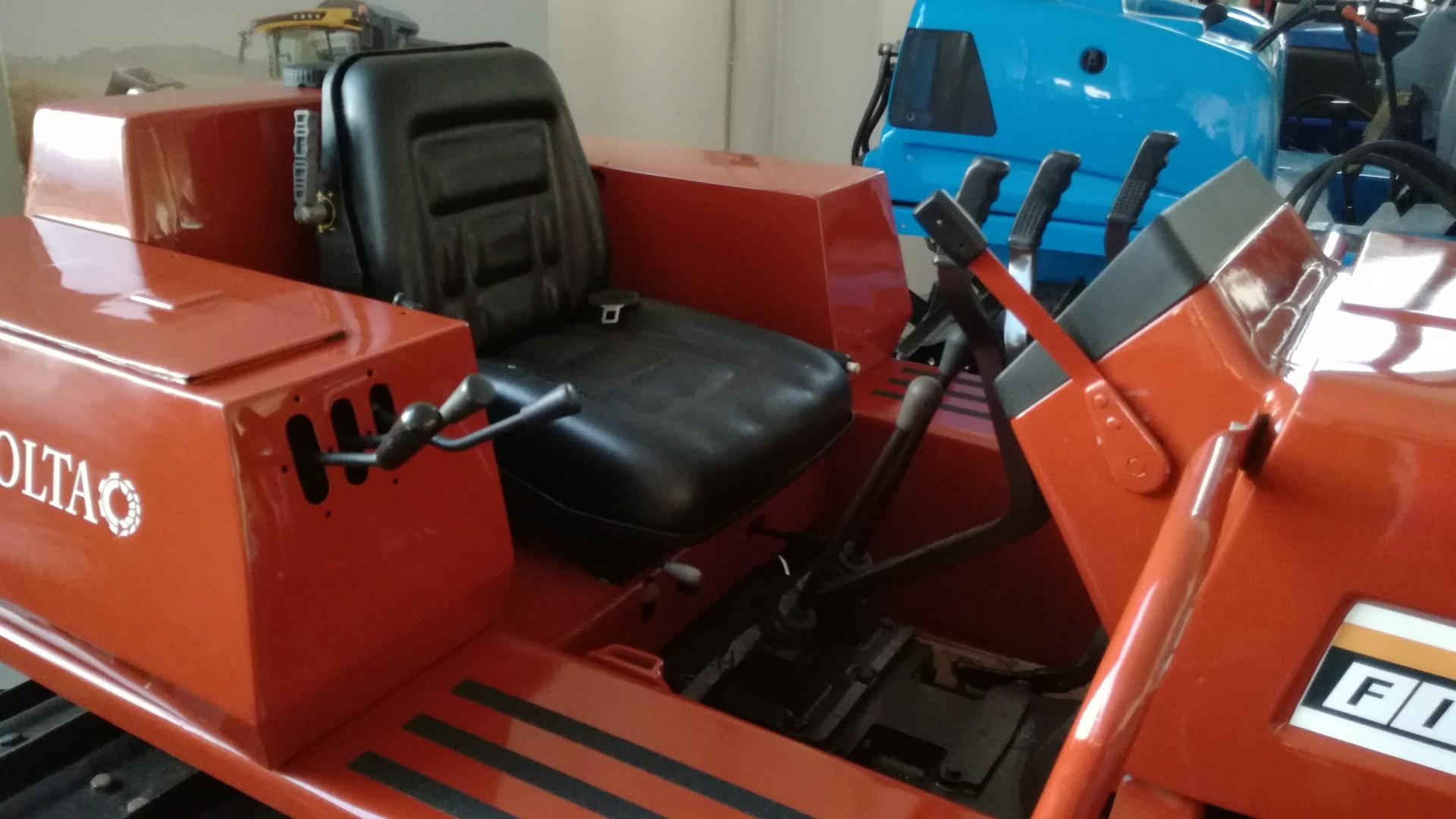foto del posto guida trattore cingolato usato fiat 665