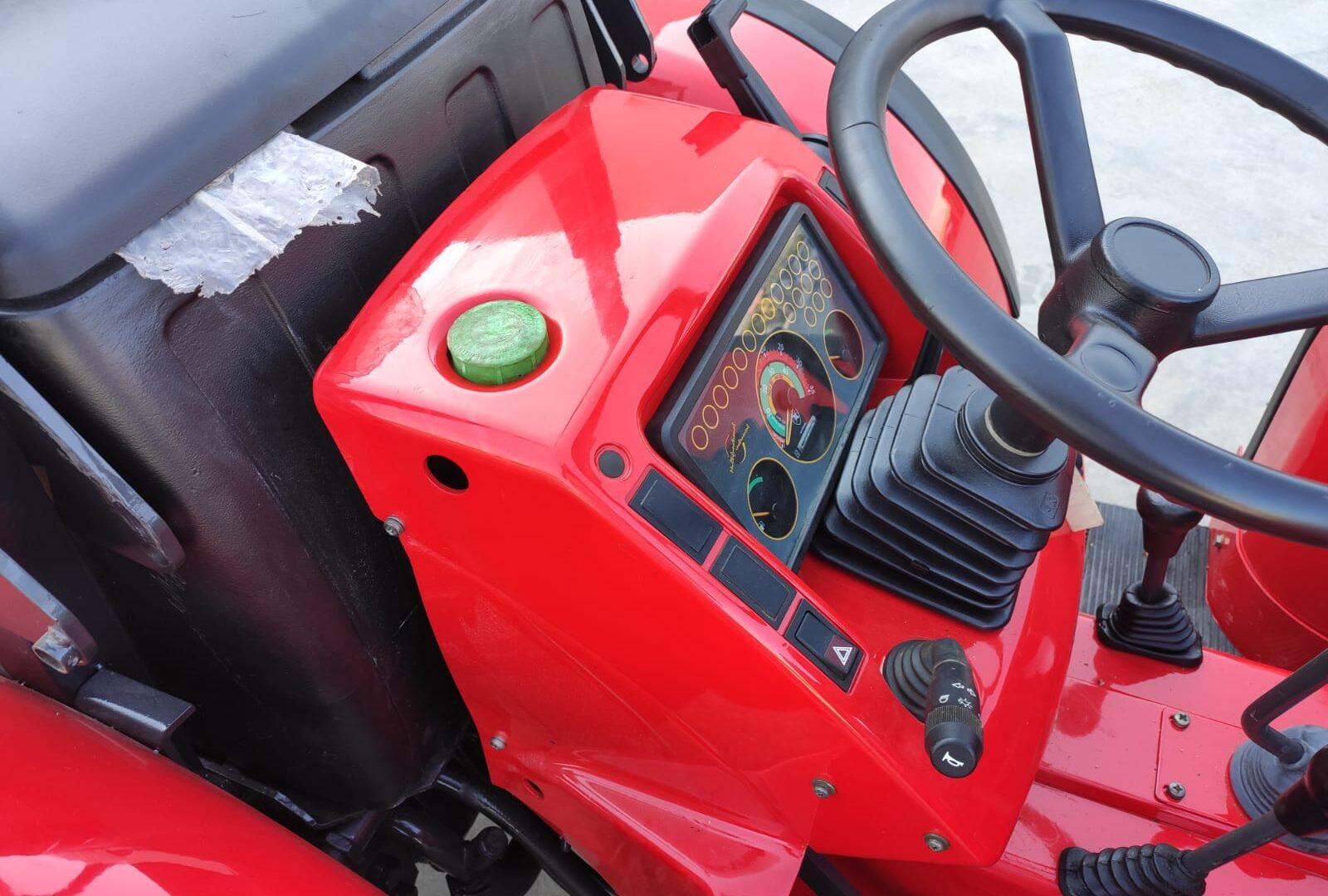 particolare dello sterzo del trattore Antonio Carraro usato modello TGF 9400 turbo 5