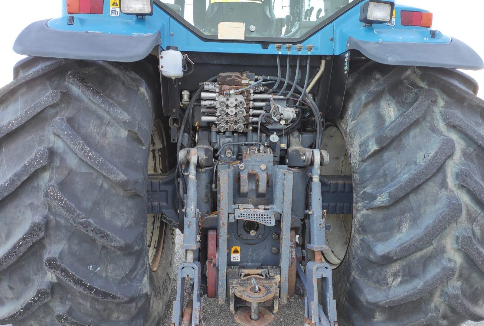 presa di forza del vista posteriore del Trattore usato New Holland 8770