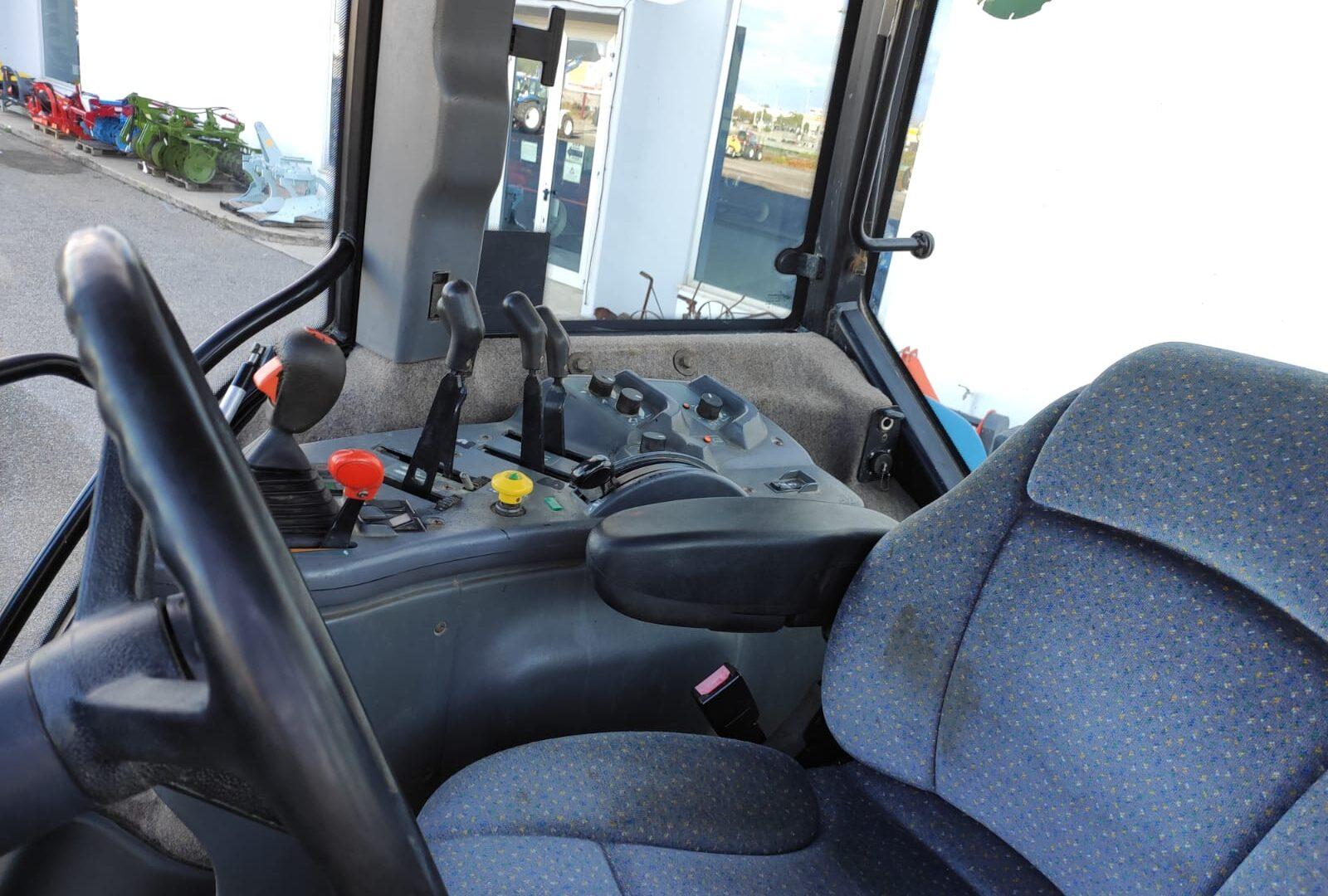 posto guida del vista posteriore del Trattore usato New Holland 8770